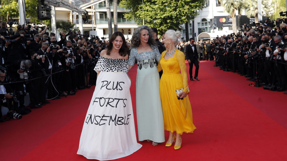 Ирис Бербен предпочла появиться в говорящем платье с громким посланием Вместе сильнее