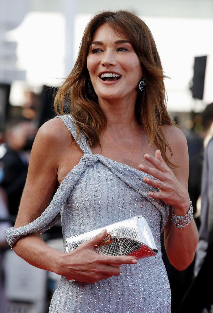 Музыкант и жена бывшего президента Франции Карла Бруни-Саркози также стала центром внимания. На Каннах она появилась в нежно-голубом платье легендарного Дома Celine.