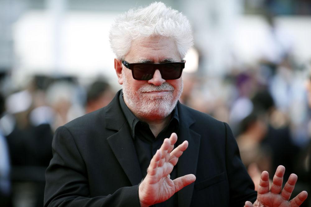 Режиссер Педро Альмодовар позирует на церемонии открытия 74-го международного кинофестиваля в Каннах