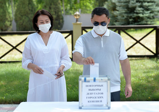 Президент Кыргызской Республики Садыр Жапаров проголосовал на повторных выборах депутатов Бишкекского городского кенеша вне помещения. 10 июля 2021 года