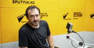 Генеральный директор спортивно-стрелкового комплекса Артем Тарасов во время беседы на радио
