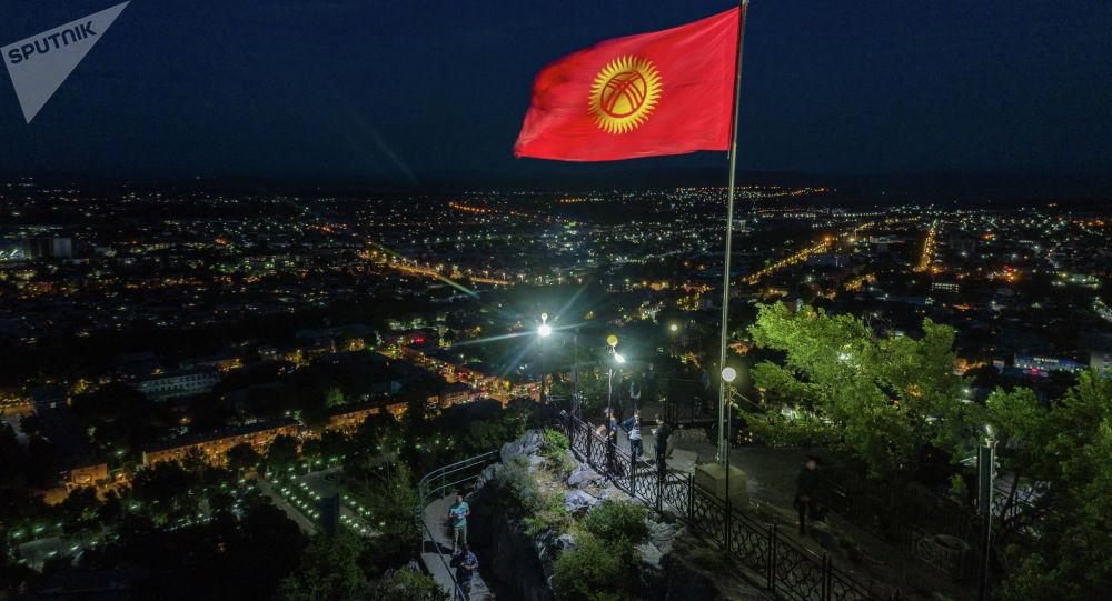 Вид на флаг на горе Сулайман-Тоо в центре города Ош. Архивное фото