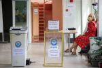Люди на избирательном участке в школе №24 в Бишкеке во время повторных выборов депутатов в БГК