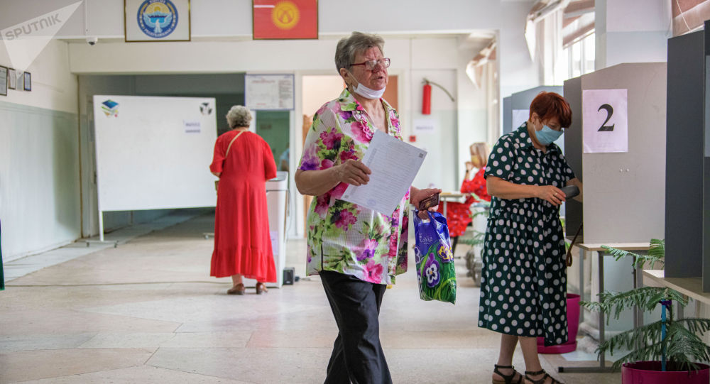 Бишкектеги шайлоо участогундагы кишилер