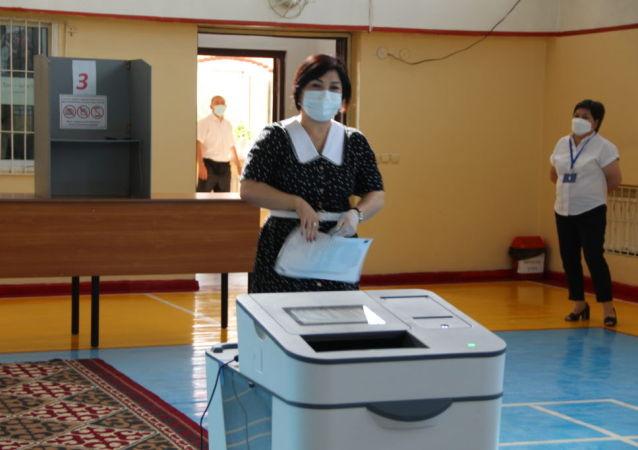 Председатель Верховного суда Нургуль Бакирова проголосовала на избирательном участке № 1019 в школе №84 в Бишкеке. 11 июля 2021 года