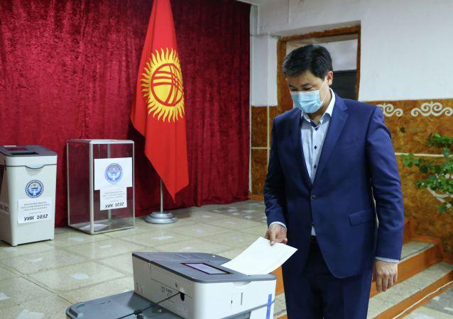 Председатель кабинета министров Улукбек Марипов вместе с супругой проголосовал на повторных выборах депутатов Бишкекского городского кенеша. 11 июля 2021 года