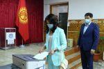 Министрлер кабинетинин төрагасы Улукбек Марипов жубайы менен Бишкек шаардык кеңешинин депутаттарын шайлоосуна катышты