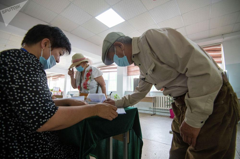 Всего в списки включены 617 517 избирателей: в Бишкеке — 426 699, Оше — 152 718 и Токмоке — 38 100