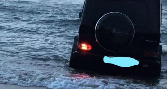 Автомобиль Gelandewagen, разъезжавший по пляжу Иссык-Куля. 11 июля 2021 года