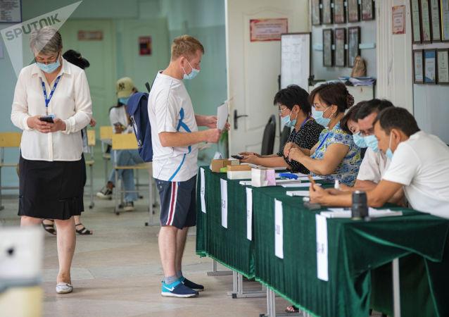 Мужчина на избирательном участке в школе №24 в Бишкеке во время повторных выборов депутатов в БГК. 11 июля 2021 года