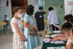 Бишкек шаардык кеңештин шайлоосунда добуш берип жаткан жарандар