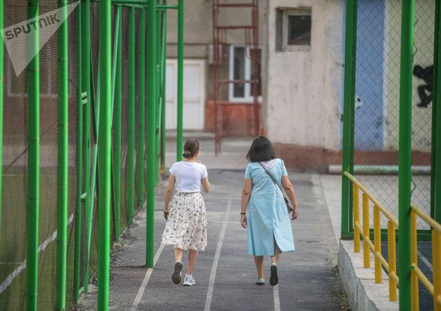 Девушки на избирательном участке в школе №24 в Бишкеке во время повторных выборов депутатов в БГК. 11 июля 2021 года