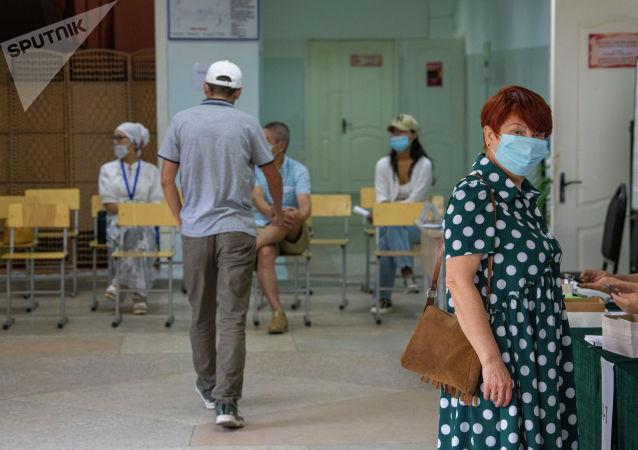 Люди на избирательном участке в школе №24 в Бишкеке во время повторных выборов депутатов в БГК. 11 июля 2021 года