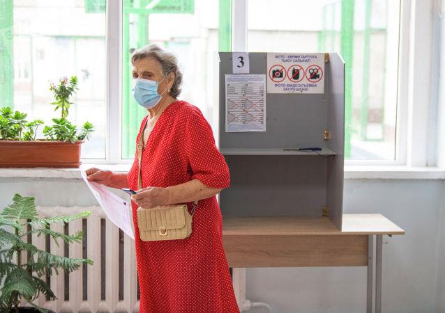 Пожилая женщина на избирательном участке в школе №24 в Бишкеке во время повторных выборов депутатов в БГК. 11 июля 2021 года