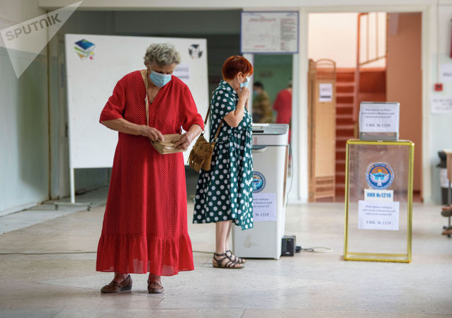 Пожилые женщины на избирательном участке в школе №24 в Бишкеке во время повторных выборов депутатов в БГК. 11 июля 2021 года