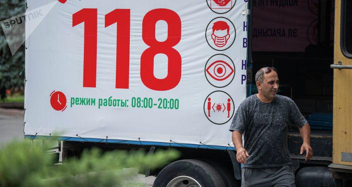 Мужчина возле пункта вакцинации от COVID-19 в Бишкеке. 11 июля 2021 года