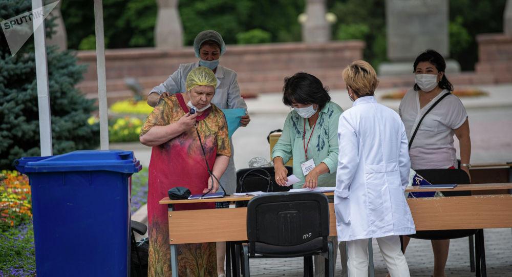 Люди возле пункта вакцинации от COVID-19 в Бишкеке