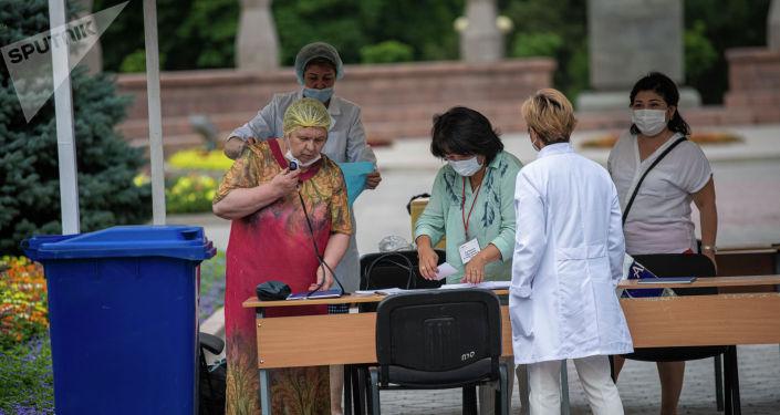 Люди возле пункта вакцинации от COVID-19 в Бишкеке. 11 июля 2021 года