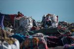 Люди собирают мусор во время работы на бишкекской свалке