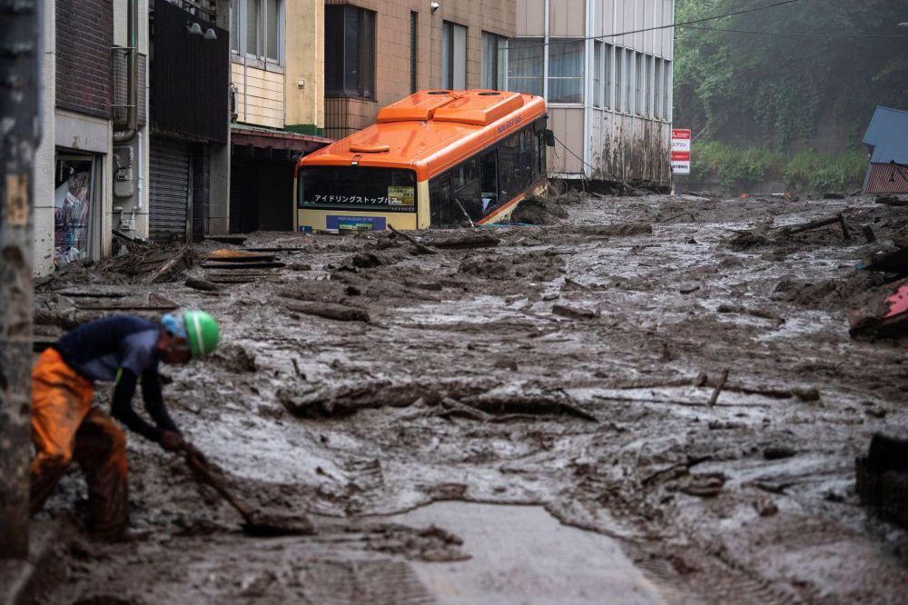 Япониянын Атами шаарындагы жер көчкүнүн кесепети. Табигый кырсык 130 үйдү бузуп кетти, бери дегенде 10 адам каза болуп, дагы 18 кишинин дайыны чыкпай жатат.