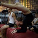 Москва мамлекеттик цирк жана эстрадалык искусство училищесине окууга тапшырган кыз кабыл алуу комиссиясына сынак тапшырууга даярданып жаткан кези