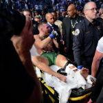 Ирландиялык UFC мушкери Конор Макгрегор америкалык Дастин Порье менен таймашта бутун сындыргандан кийин аны замбил менен алып бара жатышат. Беттештин биринчи раундунда Макгрегордун буту кызыл ашыгынын үстүнөн сынып кетти. Дарыгерлер ага беттешти улантууга уруксат берген жок. Ошондуктан жеңиш Порьеге ыйгарылды
