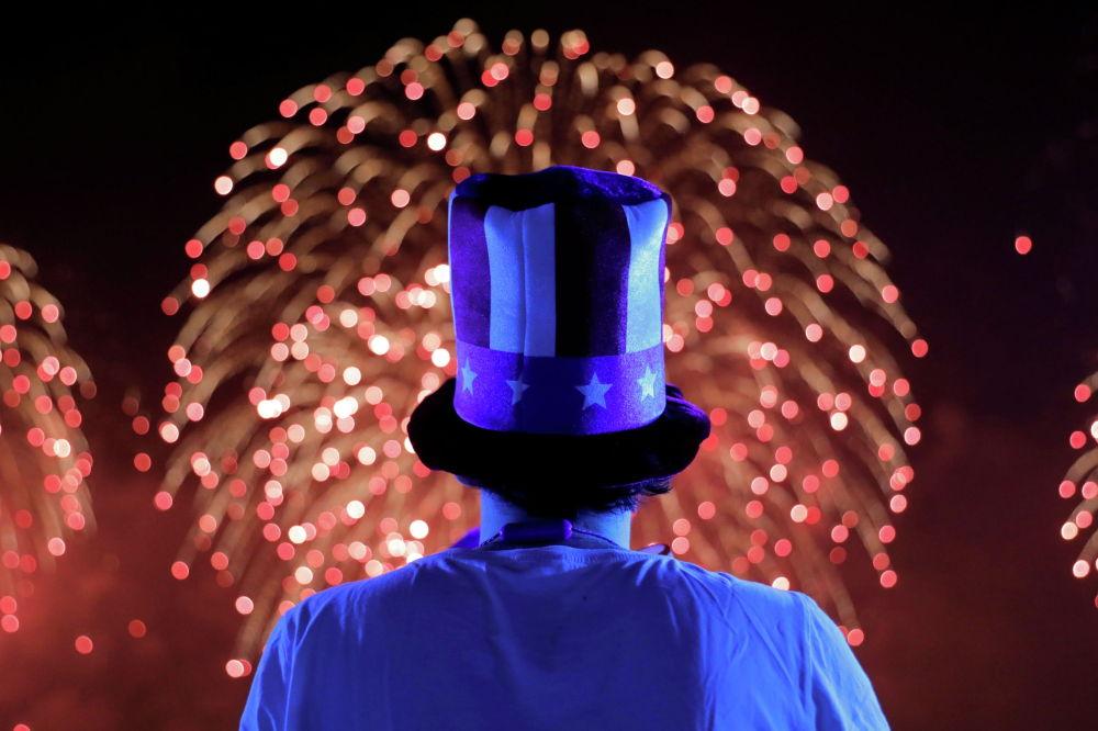 Нью-Йоркто АКШнын эгемендик күнүнө карата өткөн салтанатта атылган фейерверктерди карап отурган киши