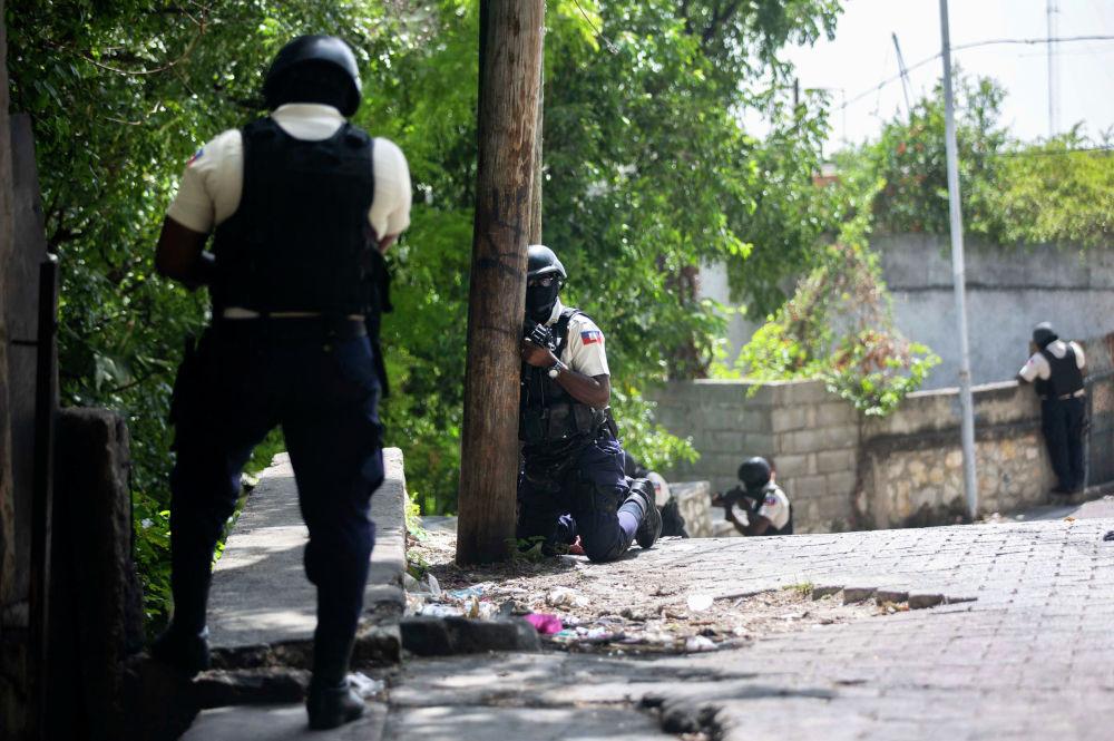 Гаитиде полиция өлкө президенти Жовенель Моизди өлтүргөндөрдү издеп Порт-о-Пренсе районун тинтүүгө алууда. Моиз 7-июлга караган түнү резиденциясына жасалган кол салуу учурунда өлтүрүлгөн. Республикада 15 күнгө аскердик абал режими киргизилген. Сенаттын төрагасы Жозеф Ламбер убактылуу президент болду.