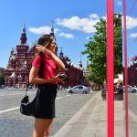 Москванын Кызыл аянтындагы соода үйүнүн жанында турган кыз