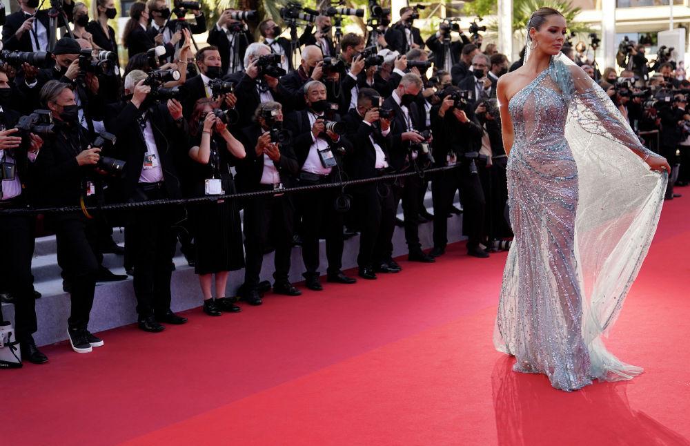 Модель Маэва Кук Францияда 74-Канн эл аралык кинофестивалынын салтанаттуу ачылышында