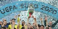 Сборная Италии по футболу празднует трофей после победы над Англией в финале Евро-2020 на стадионе Уэмбли в Лондоне. Великобритания, 11 июля 2021 года