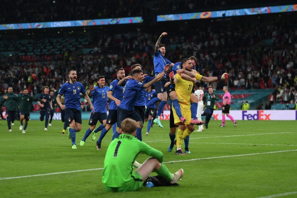 Италия курама командасынын футболчулары Евро-2020 мелдешинин финалында Англия командасын утуп чемпион болгонун майрамдап жатышат. Беттештин негизги бөлүгү жана экстра-тайм 1:1 менен аяктаган. Пенальтилер сериясында италиялыктар түз тээп, 3:2 эсебинде жеңип алышты. Муну менен Италия экинчи ирет Европа чемпиону болду. Буга чейин алар континенттик мелдешти 1968-жылы уткан.