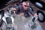 Миллиардер Ричард Брэнсон парит в невесомости на борту пассажирского ракетоплана VSS Unity компании Virgin Galactic после достижения границы космоса над космодромом Америка