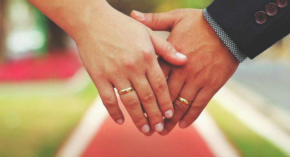Руки жениха и невесты. Иллюстративное фото