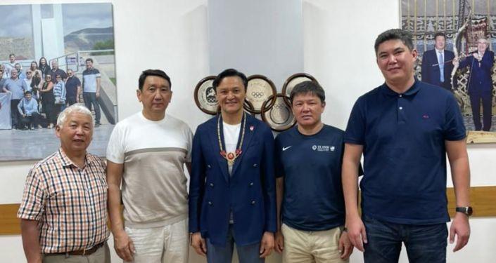 Кыргызстанец Эдуард Кубатов, который поднялся на Эверест, награжден Золотым орденом Национального олимпийского комитета.