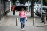 Пекин шаарында көчөдө бараткан кыз. Архив