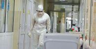 Медик идет по коридору госпиталя для лечения больных COVID-19. Архивное фото