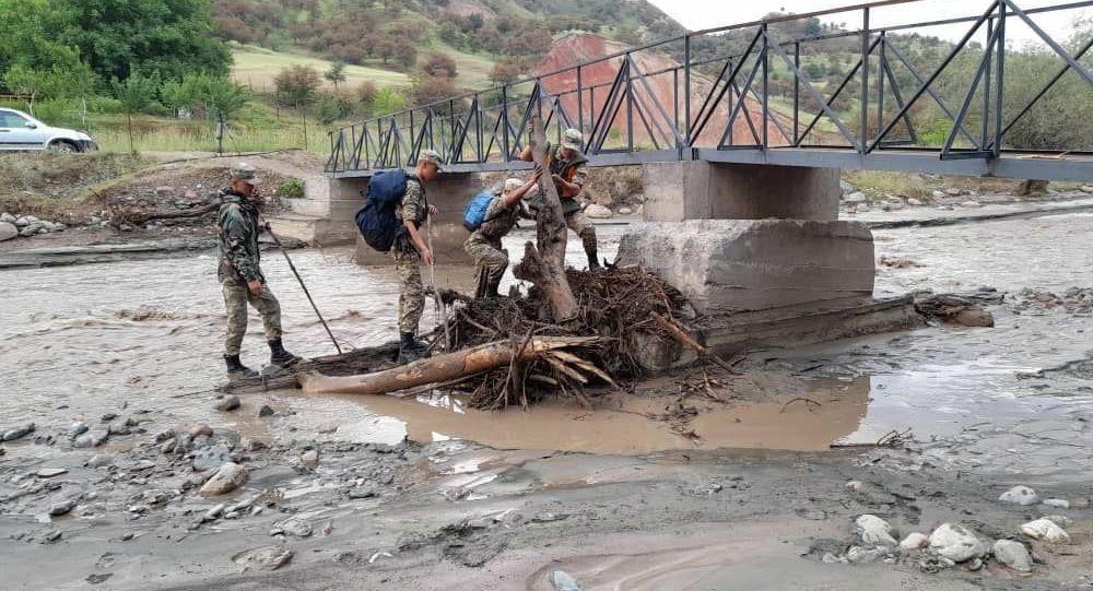 Сотрудники МЧС во время поисковых работ на месте сходя сели в селе Жаны-Жол Джалал-Абадской области