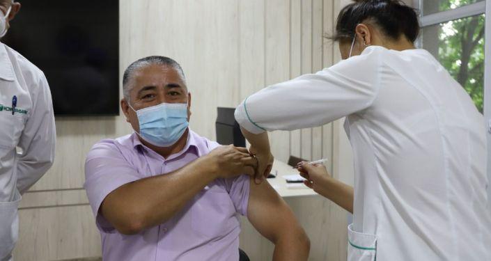 Заместитель министра внутренних дел КР Нурбек Абдиев во время вакцинации от коронавируса