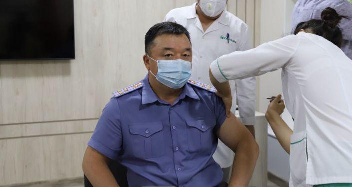 Заместитель министра внутренних дел Октябрь Урмамбетов  во время вакцинации от коронавируса