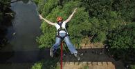 Девушка прыгает с тарзанки. Архивное фото