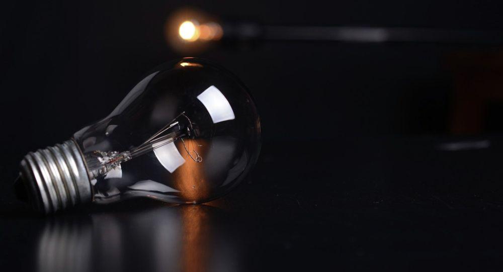 Электрическая лампочка на столе. Иллюстративное фото