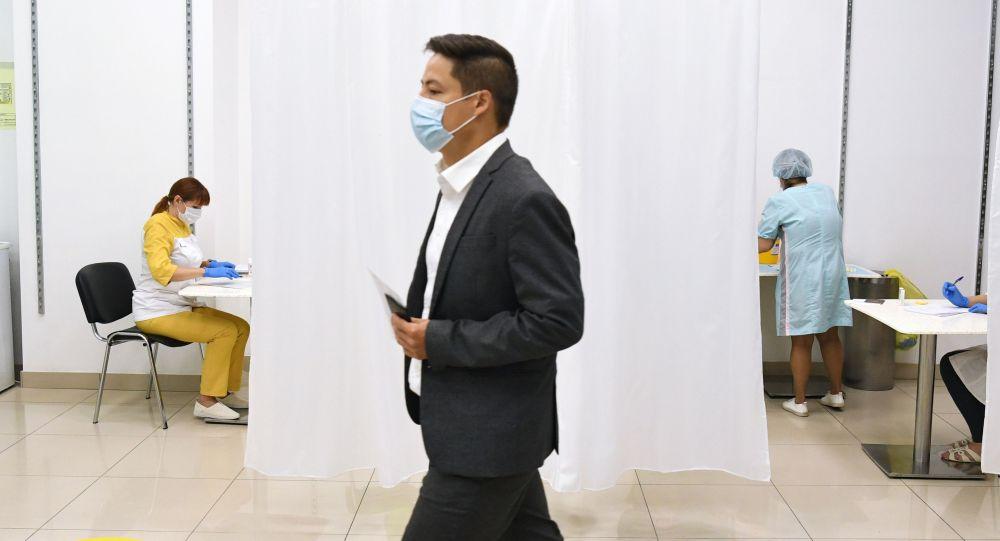 Мужчина в пункте вакцинации против COVID-19. Архивное фото