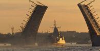 В Санкт-Петербурге прошла репетиция парада Военно-морского флота России. Торжественное мероприятие состоится 25 июля.