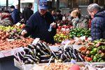 Продавец овощей на рынке. Архивное фото