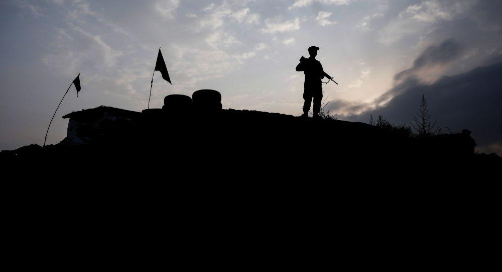 Кабулга жакын жерде турган афган полиция кызматкери. Архивдик сүрөт