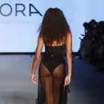 Модель в бикини на модном показе Miami Swim Week в Майами, Флорида