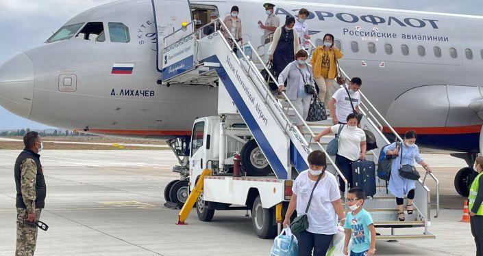 В международном аэропорту Иссык-Куль сегодня, 15 июля, торжественно встретили новый рейс Москва — Тамчи — Москва авиакомпании Аэрофлот