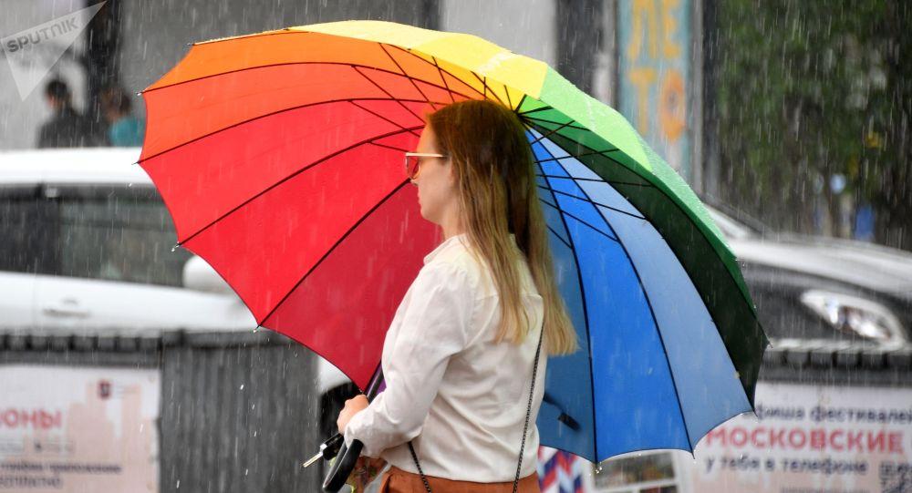 Девушка на одной из улиц во время дождя. Архивное фото
