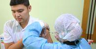 Коронавируска каршы вакцинация алуу. Архивдик сүрөт